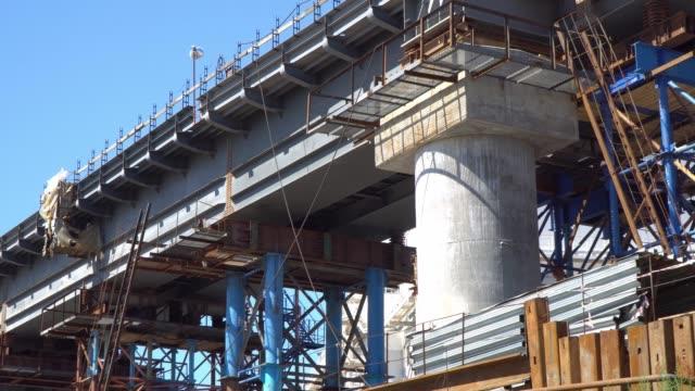vídeos y material grabado en eventos de stock de panorama del paso elevado ferroviario en el proceso de construcción - aleación