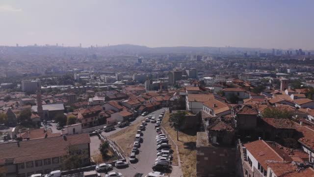 panorama der türkischen hauptstadt ankara mit moscheen, roten ziegeldächern und modernen wolkenkratzern - ankara türkei stock-videos und b-roll-filmmaterial