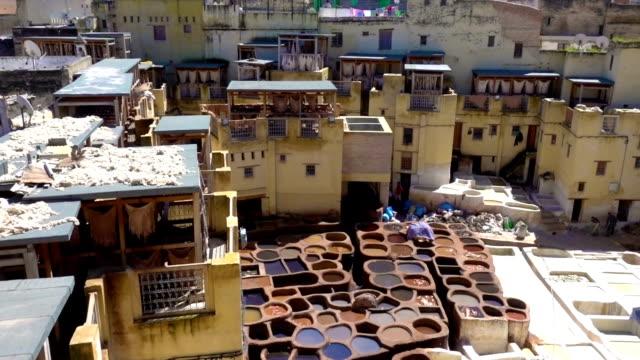 stockvideo's en b-roll-footage met panorama van de traditionele leer leerlooierij fez (fez)) medina - dierenhuid huid