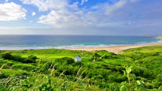 Panorama de branco Parque Baía Ballycastle, Condado de Antrim, Irlanda do Norte - vídeo