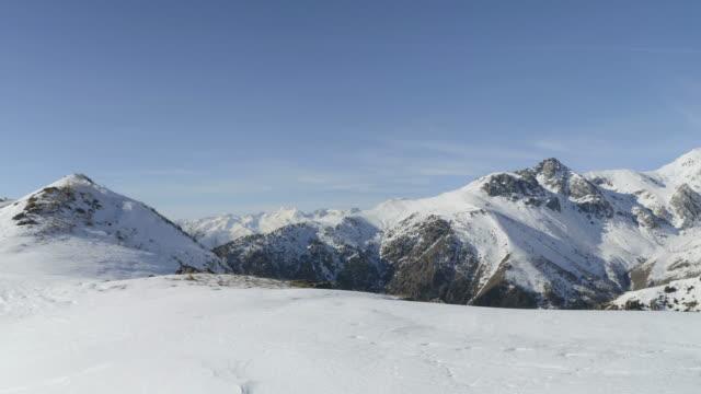 雪の上のパノラマは、冬、クリスマスの時に山の峰や壮大なイタリアのアルペン アークの尾根を頂いた。 - 山点の映像素材/bロール