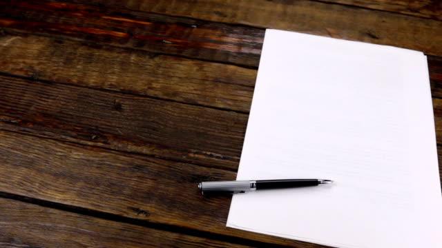 panorama, penna liggande på en ren pappersark, med kopierings utrymme. - anteckningsblock bildbanksvideor och videomaterial från bakom kulisserna