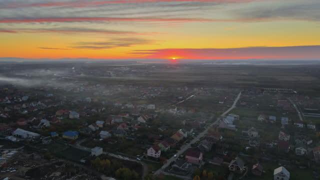 vista panoramica bella alba nella stagione autunnale della città tetto uzhgorod, transcarpathia, ucraina europa - transcarpazia video stock e b–roll