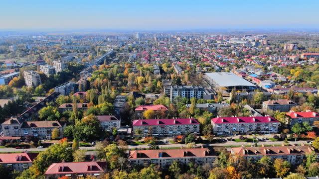 vista panoramica dalla città vecchia di uzhgorod, del tetto storico in transcarpazia - transcarpazia video stock e b–roll