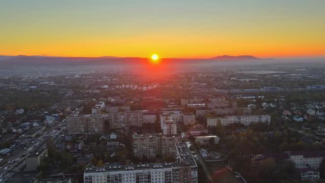 vista panoramica della città sul tetto di uzhgorod, transcarpathia, ucraina europa del nebbioso durante la vista dell'alba - transcarpazia video stock e b–roll