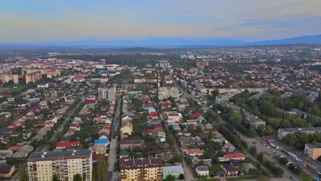 vista panoramica della città tetto di uzhgorod, transcarpazia, ucraina europa - transcarpazia video stock e b–roll