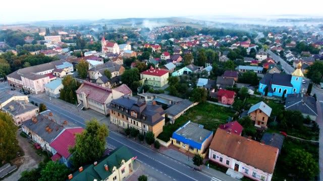 vista panoramica dei droni aerei della piccola città - monti appalachi video stock e b–roll