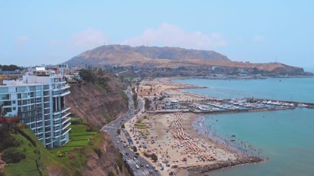 panoramische luftaufnahme von chorrillos bay in lima, peru - peru stock-videos und b-roll-filmmaterial