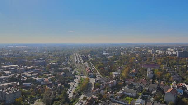 vista aerea panoramica della città storica di uzhhorod in una bellissima giornata estiva transcarpazia, ucraina europa - transcarpazia video stock e b–roll