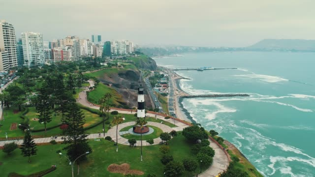 vídeos de stock e filmes b-roll de panoramic aerial view of miraflores district coastline in lima, peru. - lima