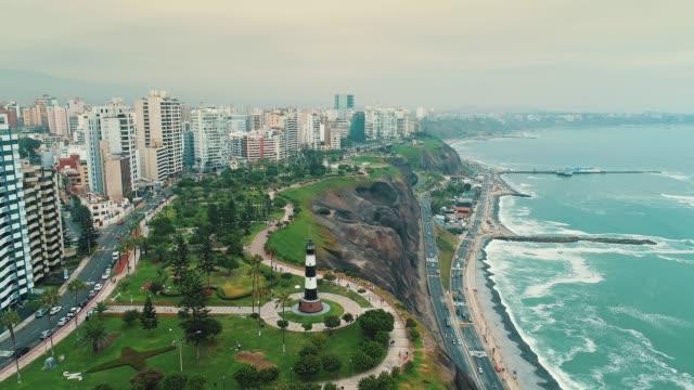 panorama blick auf bezirk küste von miraflores in lima, peru. - lima stock-videos und b-roll-filmmaterial