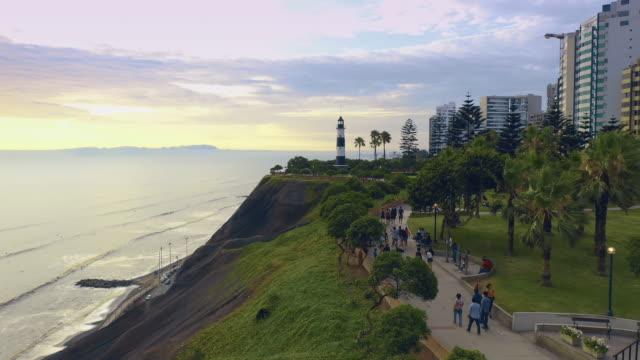 panoramablick auf die küste des bezirks miraflores in lima, peru. - lima stock-videos und b-roll-filmmaterial