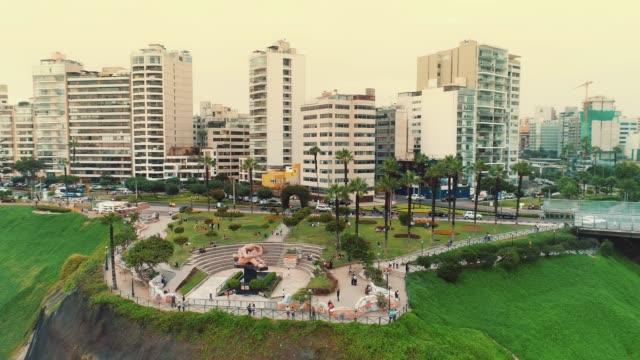 panorama blick auf viertel miraflores (parque del amor) in lima, peru. - lima stock-videos und b-roll-filmmaterial