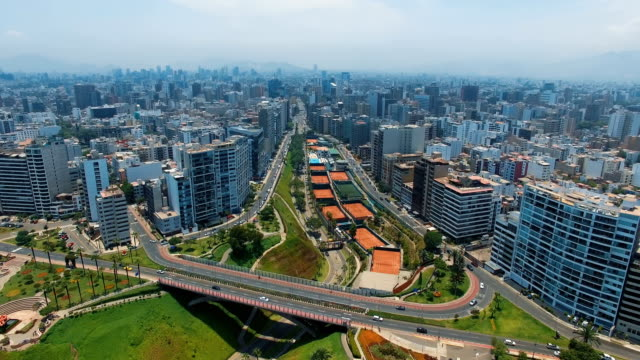 panorama blick auf stadt miraflores in lima, peru. - lima stock-videos und b-roll-filmmaterial