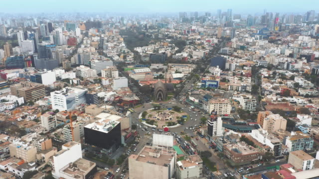vídeos de stock e filmes b-roll de panoramic aerial view of san isidro district (ovalo gutierrez) in lima, peru. - lima