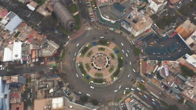 panoramablick auf den stadtteil san isidro (ovalo gutierrez) in lima, peru. - peru stock-videos und b-roll-filmmaterial