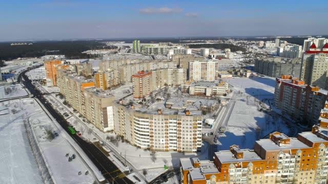 panorama luftaufnahme von einem modernen wohnquartier in der großstadt - weißrussland stock-videos und b-roll-filmmaterial