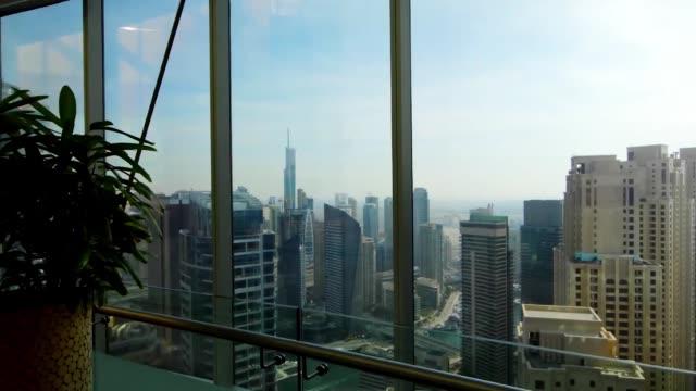Skyline panoramique et bâtiments de fenêtre en verre. Stock. Vue magnifique sur la ville depuis l'appartement - Vidéo