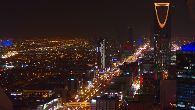 stockvideo's en b-roll-footage met een panoramisch uitzicht over de stad riyad met de koninkrijkstoren in geel licht - riyad