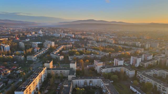 vista panoramica che sorvola la vecchia uzhhorod, vista ucraina del cielo panoramico all'alba in città - transcarpazia video stock e b–roll