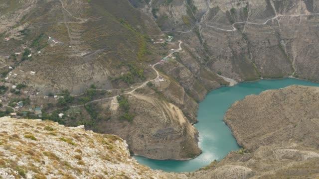 vídeos de stock, filmes e b-roll de vista panorâmica de cima, grand sulak canyon na república do daguestão, vila dubki, rússia. rio montanhoso em cáucaso, paisagem selvagem. natureza russa, um dos cânions mais profundos do mundo. - relevo