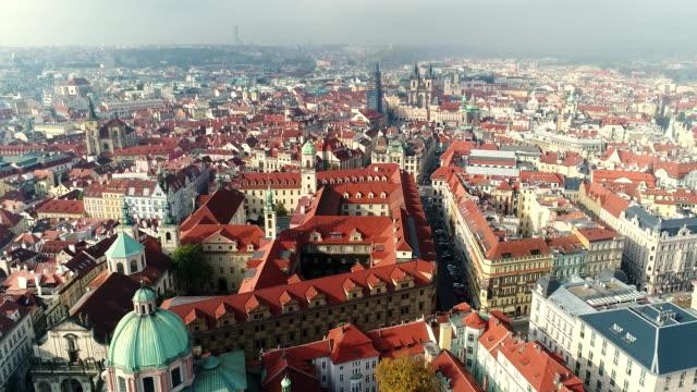 vidéos et rushes de vue panoramique du haut du château de prague, l'antenne de la ville, old town, prague - prague
