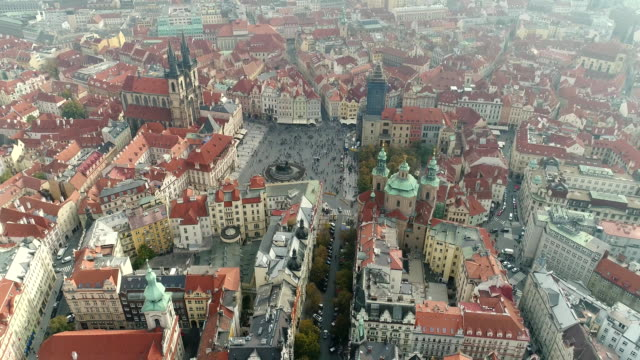 vidéos et rushes de vue panoramique d'en haut sur le château de prague, aériennes de la ville, vue d'en haut sur le paysage urbain de prague, vol au-dessus de la ville, haut de la page vue, fleuve de vltava, pont charles, prague - prague