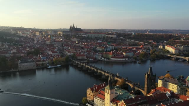vidéos et rushes de vue d'en haut sur la vieille ville de prague, vue aérienne de la ville, vue de dessus sur prague, vol au-dessus de la ville, haut de la page vue, fleuve de vltava, charles bridge. prague, république tchèque - prague