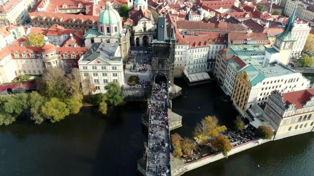 vidéos et rushes de vue panoramique du haut de la ville de prague et du pont charles, touristes sur le vol du pont charles, la rivière vltava, le pont charles - prague