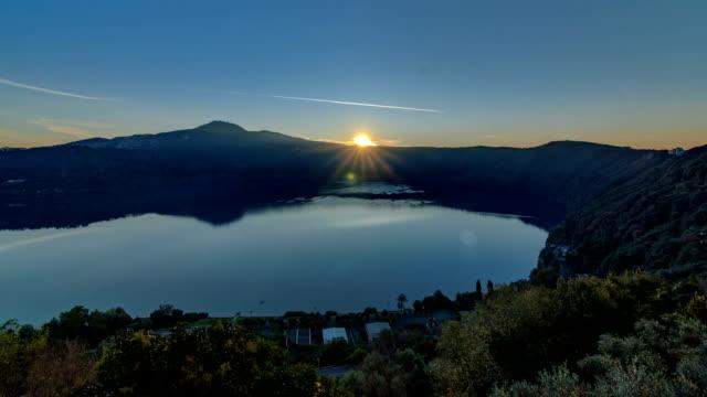 panoramautsikt över sjön albano kusten vid soluppgången timelapse, provinsen rom, lazio, italien - påve bildbanksvideor och videomaterial från bakom kulisserna