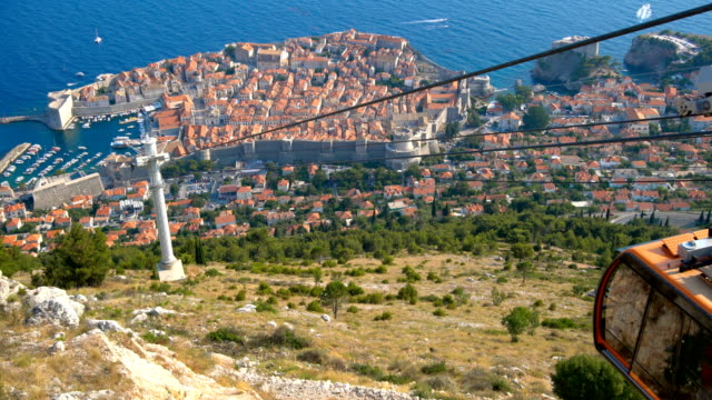 panoramic view of cable car and dubrovnik old town - объект мирового наследия юнеско стоковые видео и кадры b-roll