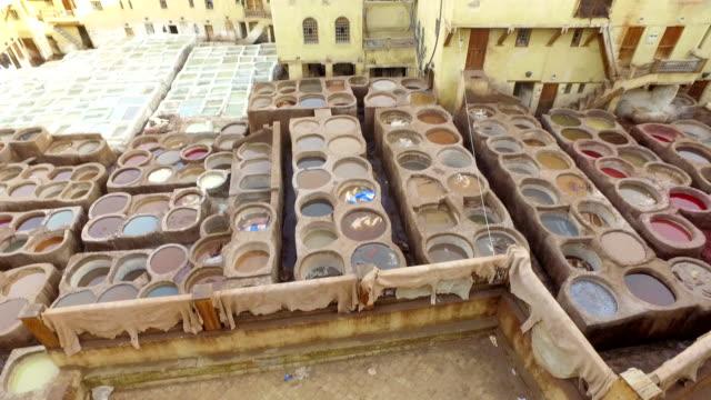 vista panoramica della conceria di chouara a fes (fez) - marocco - souk video stock e b–roll