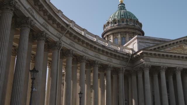 panoramablick auf die berühmte kasaner kathedrale auf blauem himmel - st. petersburg, russland - religiöses symbol stock-videos und b-roll-filmmaterial