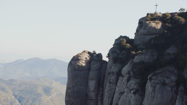 stockvideo's en b-roll-footage met panoramisch uitzicht van beroemde montserrat gebergte, catalonië, spanje - klooster