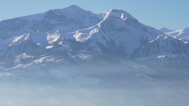 vidéos et rushes de vue panoramique des montagnes pendant l'hiver - panoramique
