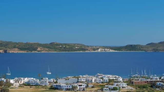 panoramautsikt över plaka byn med traditionell grekisk kyrka. milos ö, grekland - egeiska havet bildbanksvideor och videomaterial från bakom kulisserna