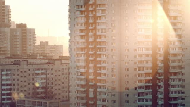 panoramablick über das alte panel-haus am rande der stadt - kommunismus stock-videos und b-roll-filmmaterial