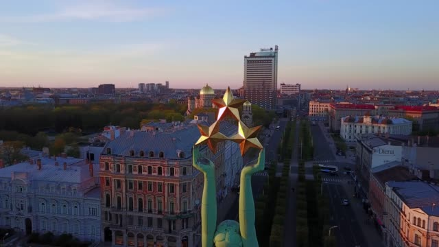 panoramic view of the statue of liberty - milda in riga, latvia. - латвия стоковые видео и кадры b-roll