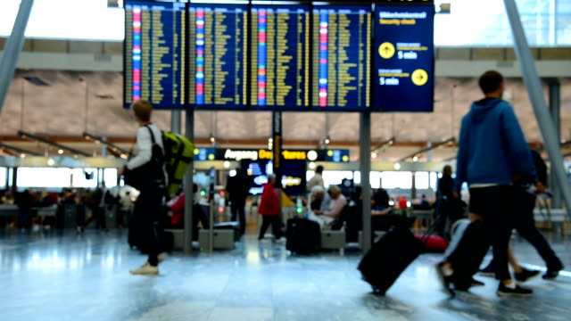 panoramic view of traveler crowd at airport check in counter hall - grandangolo tecnica fotografica video stock e b–roll