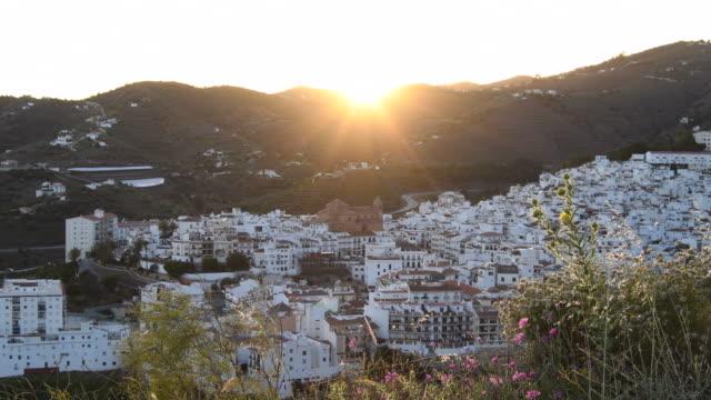 panoramiczny widok na białą wioskę andaluzji o zachodzie słońca, torrox, hiszpania - white house filmów i materiałów b-roll
