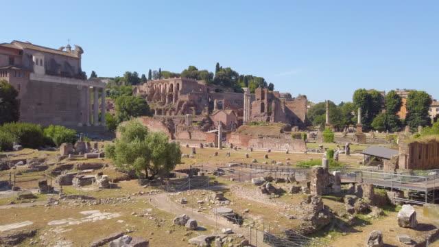 panoramautsikt över ruinerna av forum romanum - fornhistorisk tid bildbanksvideor och videomaterial från bakom kulisserna