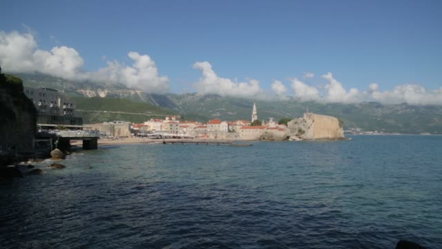 panorama utsikt i budva, montenegro. soliga stränder och historiska sevärdheter. - stenhus bildbanksvideor och videomaterial från bakom kulisserna