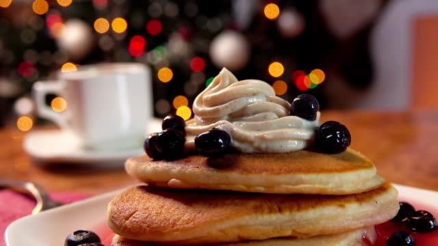 vídeos de stock e filmes b-roll de panoramma on a stack of pancakes and a cup of hot coffee - christmas cake
