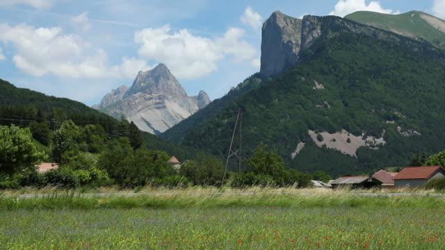 vídeos de stock e filmes b-roll de panoriamic of the mountains of the cuchon and petite autane with the village of les faix, champsaur, french alps in summer. hautes-alpes - altos alpes