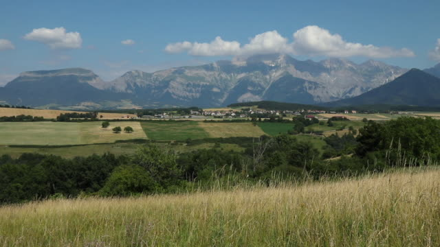 vídeos de stock e filmes b-roll de panoriamic of the mountains of the cuchon and petite autane with the village of les faix, champsaur, french alps in summer hautes-alpes - altos alpes