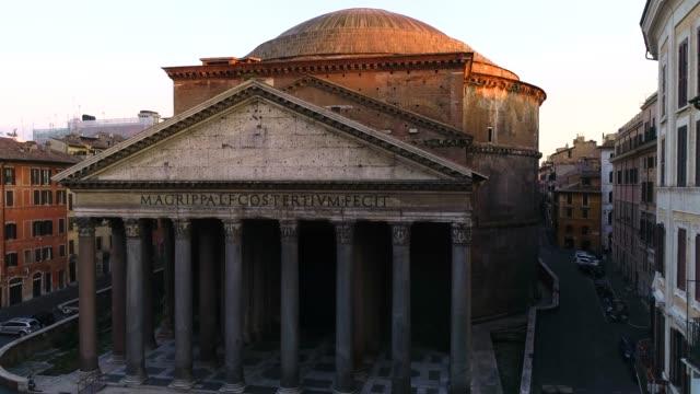 Pantheon in Rome Riprese aeree col drone durante il lockdown di Roma. Il Silenzio di Roma. ancient architecture stock videos & royalty-free footage
