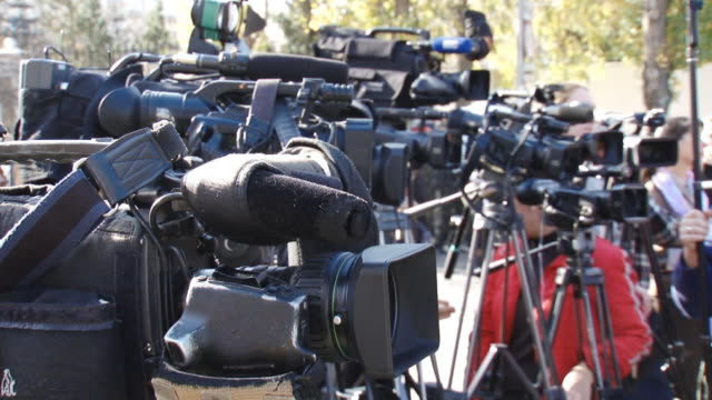 paparazzi sul lavoro - conferenza stampa video stock e b–roll
