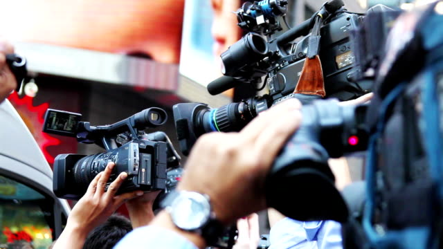 paparazzis und media-reporter celebrity breaking news hd - journalist stock-videos und b-roll-filmmaterial