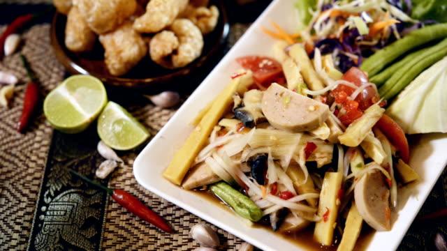 vidéos et rushes de salade de papaye thai cuisine thaïlandaise célèbre, (som tum thai) - apprivoisé