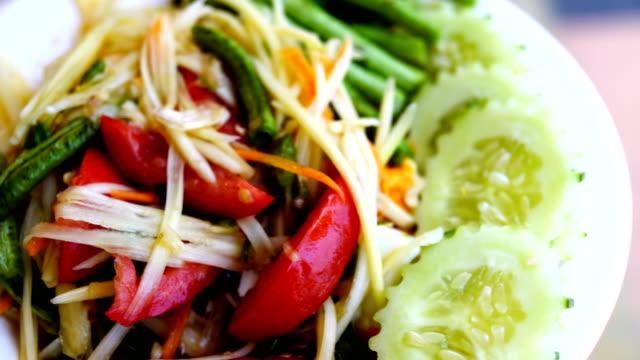 vidéos et rushes de nourriture thaï-salade de papaye - apprivoisé